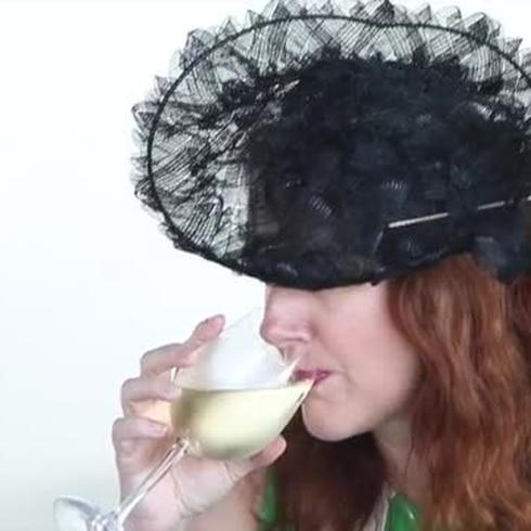 Competencia de llamativos sombreros en el Hipódromo Camarero