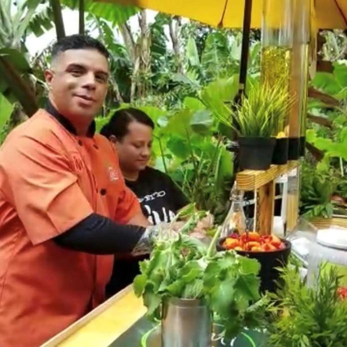 Héctor Vázquez y Jennifer González preparan el sofrito al gusto de cada cliente en su carretón.  (Femmy Irizarry Álvarez)