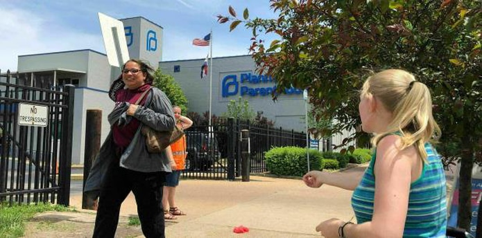 De no ser renovada la licencia de la clínica Planned Parenthood, Missouri se convertirá en el primer estado en no tener una clínica de aborto desde el fallo de Roe Vs. Wade de la Corte Suprema en 1973. (AP / Jim Salter)