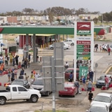 Ajuste en el toque de queda podría acortar las filas para gasolina