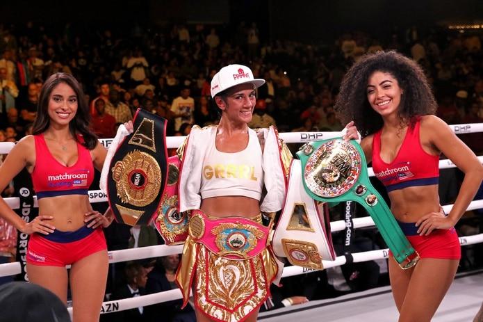 Amanda Serrano derribó a Dahiana Santana en el primer minuto de la pelea que tuvo como escenario el Hotel Catalonia Malecón Center, en Santo Domingo, República Dominicana.