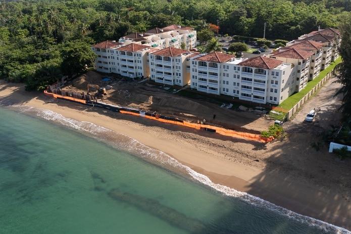 Parte de las áreas de construcción entre el edificio y la orilla de la playa en Rincón.