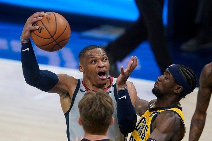 Russell Westbrook tira al canasto contra Caris LeVert (22) durante la primera mitad del encuentro entre Wizards y Pacers.