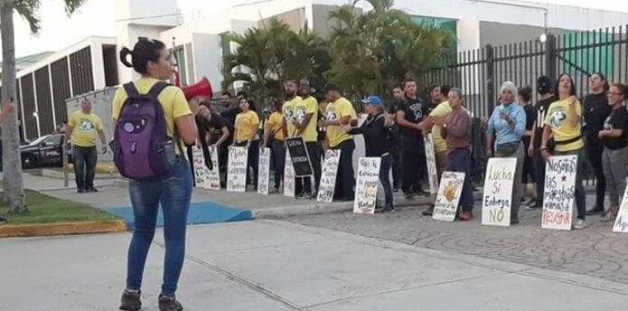 Parte de los manifestantes de hoy frente a la sede del DE. (captura: Facebook)