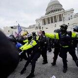 Cierran el Capitolio mientras seguidores de Trump chocan con la policía