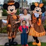 Adamari López y Alaia se disfrutan el Mickey's Not-So-Scary Halloween Party en Disney