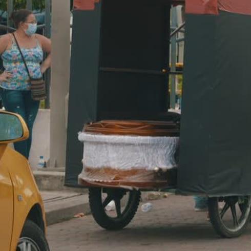 "Morir por COVID-19 en Ecuador: ""Parecían sacos de papas"""