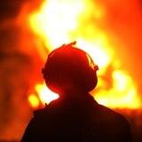 Conductor choca con poste y su auto se incendia en Cabo Rojo