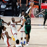 La NBA enloquece con el tapón de Bam Adebayo