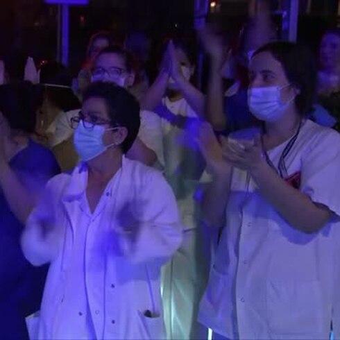 España aplaude a sus médicos en plena crisis del COVID-19