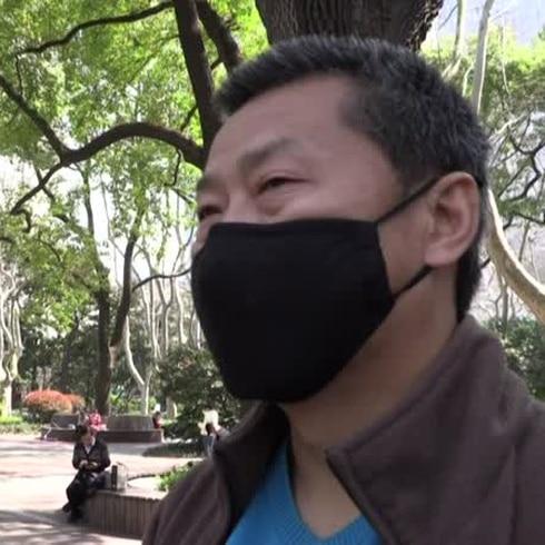 A distancia y con mascarillas los chinos intentan retomar su vida normal