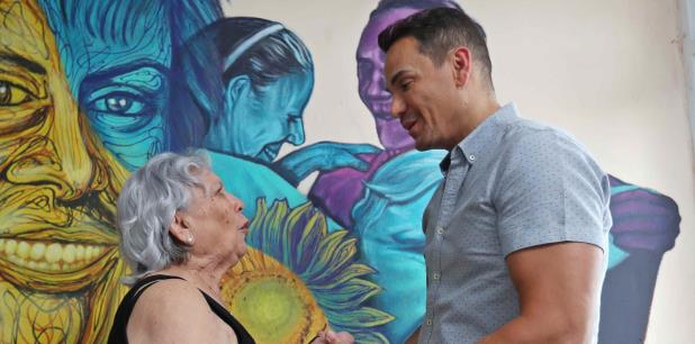 Visita de Víctor Manuelle a Juana Betances, paciente de Alzheimer, como iniciativa de su fundación. (Juan Luis Martínez Pérez / juan.martinez@gfrmedia.com)