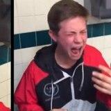 Tras comer pimiento picante reacciona como si fuera a morir