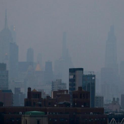 """Rascacielos de Manhattan """"desaparecen"""" por denso humo que llega del oeste"""