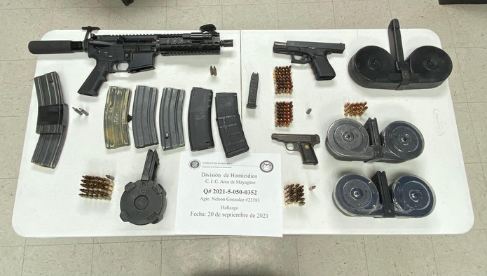 Los agentes de la División de Homicidios de Mayagüez ocuparon un rifle, dos pistolas, balas, cargadores y drogas en el apartamento donde vivían las víctimas de asesinato.