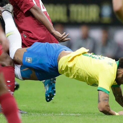 Neymar se lesiona en medio de su escándalo de violación