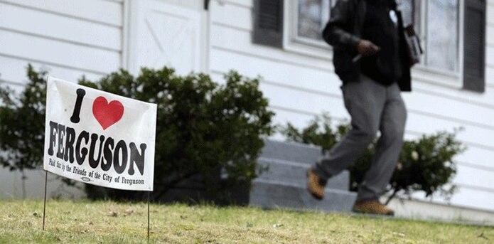 El informe citó una serie de mensajes indebidos enviados por un número no especificados de empleados municipales, entre ellos uno que comparaba a los afroamericanos beneficiarios de la asistencia social con perros mestizos. (AP)