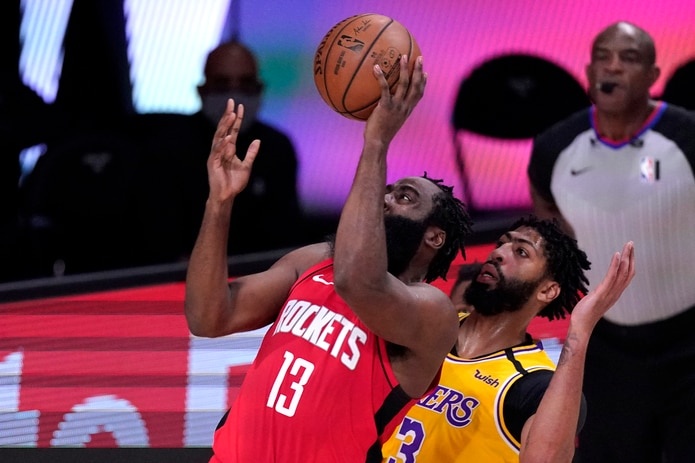 James Harden (13) de los Lakers, se levanta para intentar un canasto ante Anthony Davis, de los Lakers.