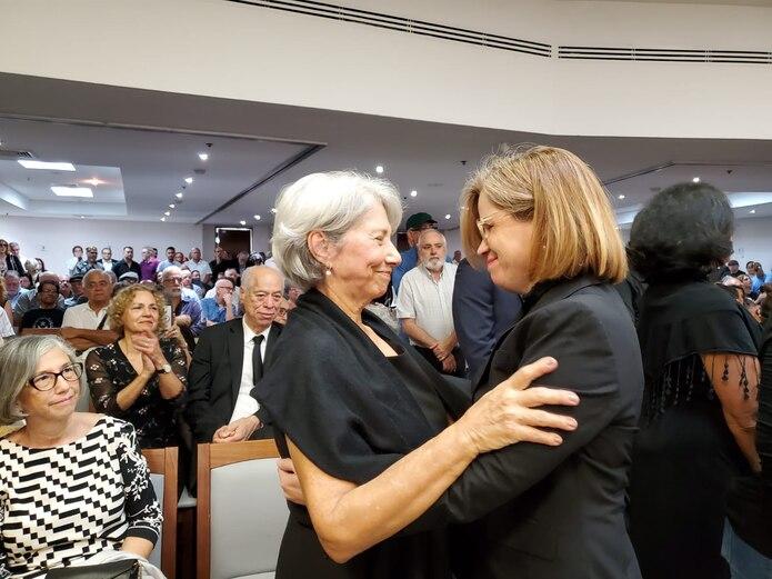 Al funeral llegó la alcaldesa de San Juan, Carmen Yulín Cruz Soto, quien abrazó a la viuda Angie Vázquez.