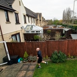 Hombre corre un maratón sin salir de su casa en Inglaterra