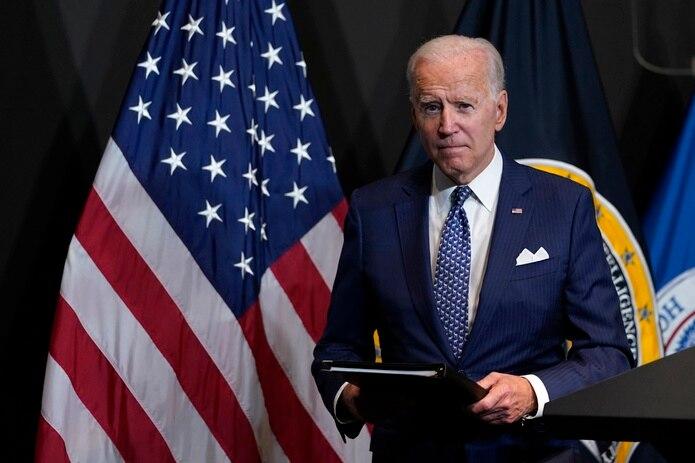 El presidente Joe Biden luego de pronunciar un discurso en la Oficina del Director Nacional de Inteligencia, en McLean, Virginia.
