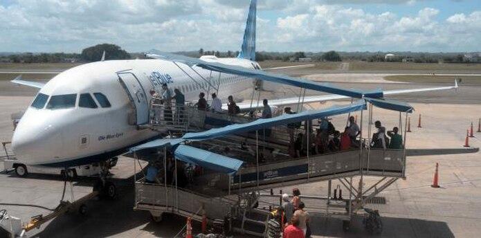 La empresa seleccionada deberá encargarse de superar todos los obstáculos burocráticos y operacionales de los nueve aeropuertos regionales en la Isla. (Archivo)
