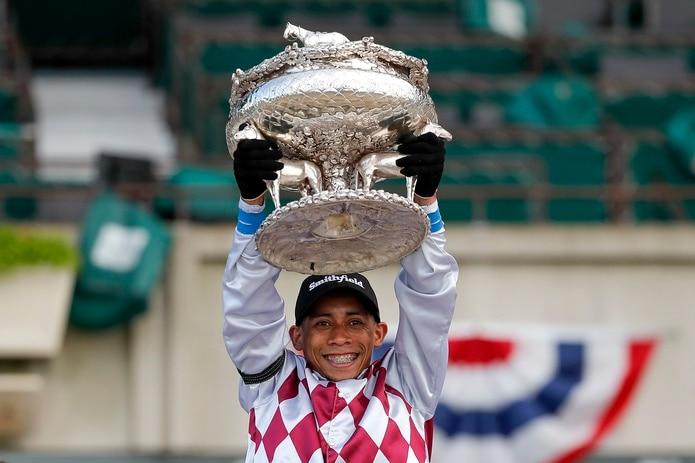 Manel Franco levanta el trofeo August Belmont como ganador sobre Tiz the Law de la edición 152 del Belmont Stakes. Al ganar se convirtió en el sexto boricua en ganar esa prueba en la historia del evento.