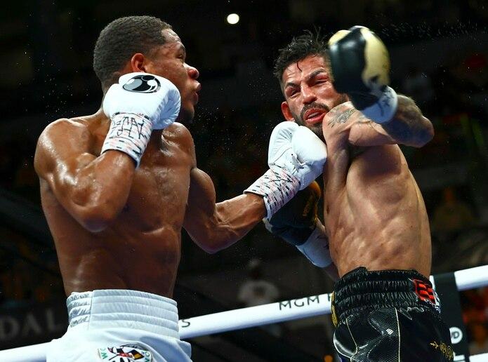 Devin Haney propina un puñetazo al venezolano Jorge Linares durante una pelea por el cetro de los ligeros del CMB.