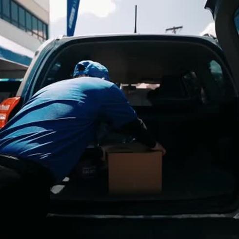 Fundación JJ Barea y empresas privadas distribuyen donativos en Arecibo.