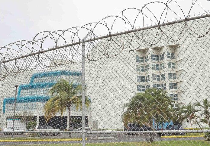 Se alega que el oficial correccional recibió $2,000 por entrar cuatro celulares a la prisión federal. (Archivo / GFR Media)