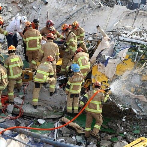 Edificio se desploma sobre un autobús en Corea del Sur