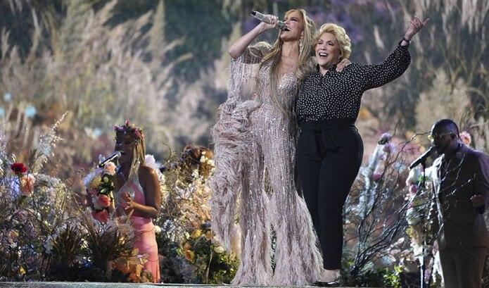 "Jennifer López canta con su madre, Guadalupe Rodríguez, durante el evento ""Vax Live: The Concert to Reunite the World""."