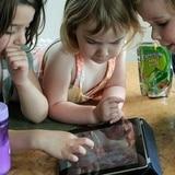 Niños que usan pantallas táctiles tienden a dormir menos