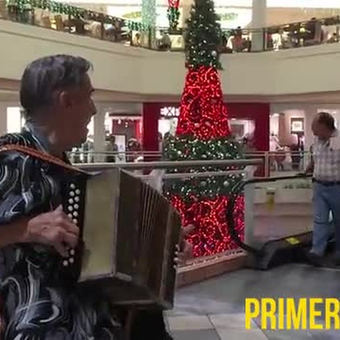 Don Emilio acompañado de su inseparable acordeón