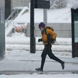 Anciana de 90 años camina seis millas en la nieve para poder vacunarse en Seattle
