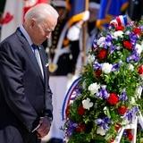Biden conmemora el Día de los Caídos en Guerras con un llamado a la democracia