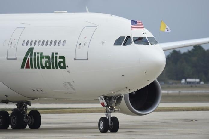 El avión de Alitalia en que el papa cumple un periplo oficial de poco más de una semana,  que comenzó en Cuba el sábado, aterrizó en la base Andrews a las 3:49 p.m. (AFP)