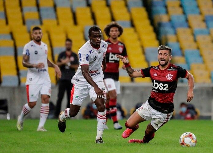 El estado de Río de Janeiro suma 8,000 muertes, pero las autoridades estuvieron de acuerdo en permitir que volviera el fútbol esta semana, después de que hubo una mejoría ligera en la cantidad de camas disponibles para cuidados intensivos.  EFE/Antonio Lacerda