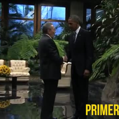Obama y Castro se dan gran apretón de manos