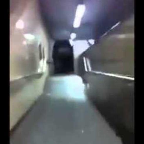 Jóvenes borrachos empujan carro por escaleras eléctricas
