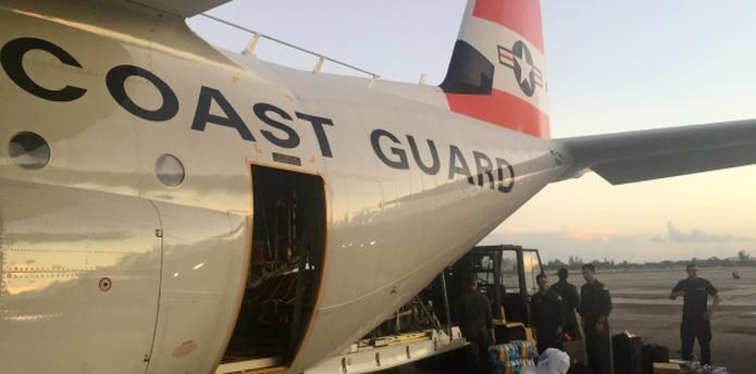 Cuatro embarcaciones con alimentos y otros bienes salieron desde el puerto de Jacksonville y esperaban atracar en San Juan tan pronto la Guardia Costanera les autorice, lo que podría pasar hoy. (EFE / Ryan Dickinson)