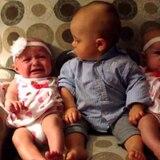 Mira la reacción de este bebé al conocer a sus hermanas gemelas