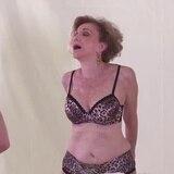 Modelo de 79 años brilla en campaña de ropa interior