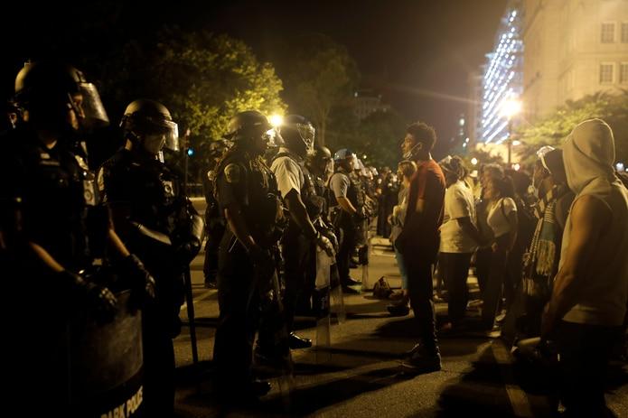 Policías y manifestantes se encaran en Lafayette Park tras el intento de derribo de la estatua.