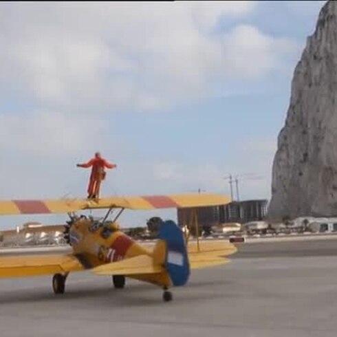 Tom Lackey sobrevuela Gibraltar atado a un avión