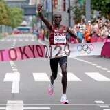 El keniano Eliud Kipchoge dio cátedra al revalidar en el maratón de la rama masculina