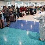 Viajeros llegan sin prueba de coronavirus y perdidos con las nuevas regulaciones para entrar a la Isla