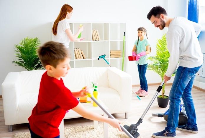 Lo importante es dejarle saber que ya es un niño o niña grande y que por eso él o ella tiene ciertas responsabilidades en el hogar.