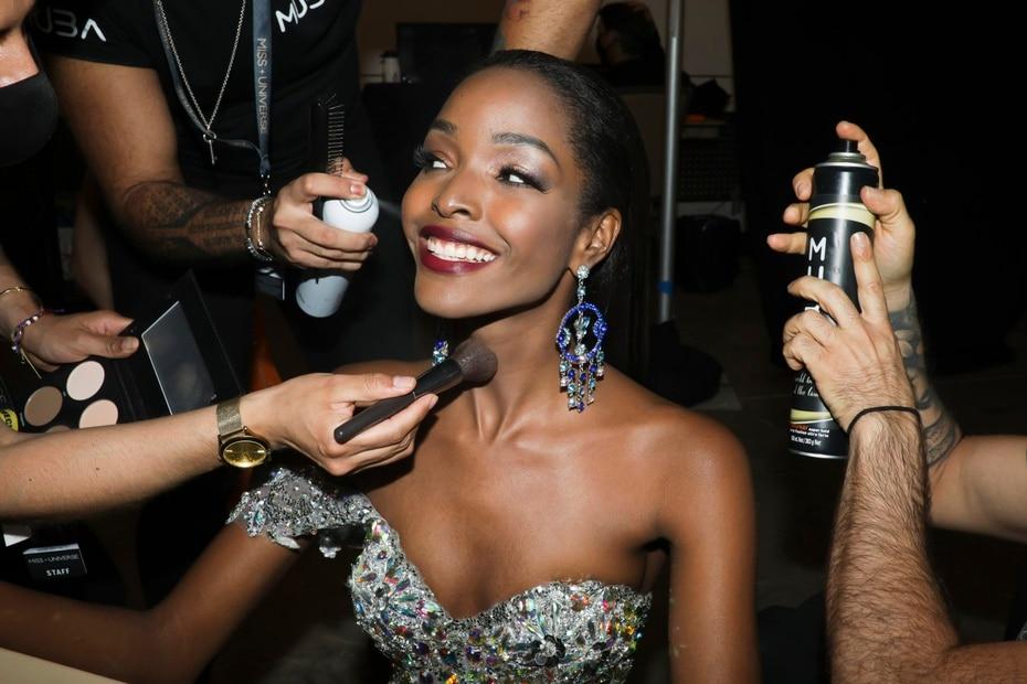 Miss Jamaica mientras era arreglada para la competencia de las 10 finalistas de traje de gala.