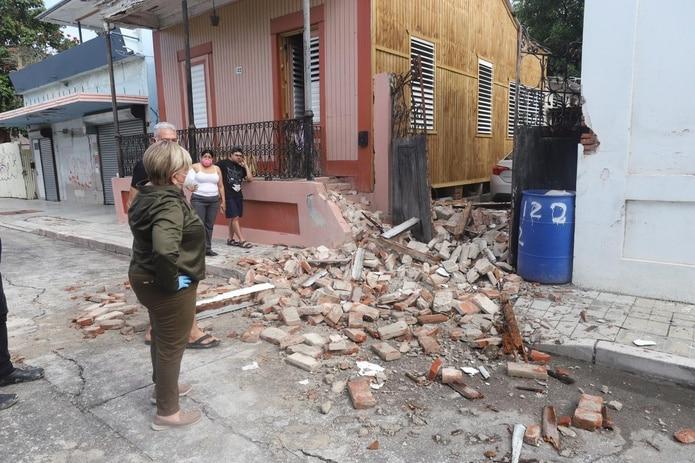 """La alcaldesa María """"Mayita"""" Meléndez mira los daños de residencias."""